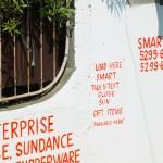 """バタアン半島にて撮影。民家の壁に直接記された""""LOAD HERE""""のサイン"""